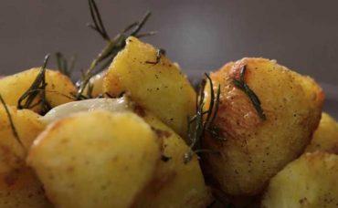 Fırında Biberiyeli ve Sarımsaklı Patates Tarifi