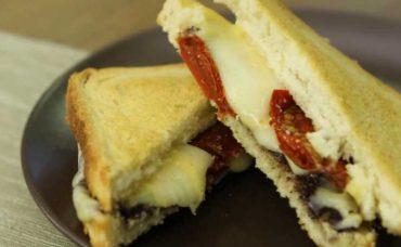 Üç Peynirli Tost Tarifi