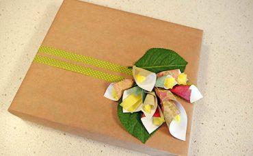 Çiçekli Hediye Paketi Süsleme