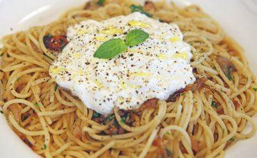 Karamelize Soğanlı ve Yoğurtlu Spagetti Tarifi