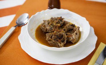 Közlenmiş Patlıcan ve Domates Soslu Kuzu Kapama