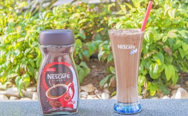 Nescafe Classic ile Kakao Tozlu ve Çilekli Soğuk Kahve