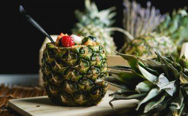 Ananas Kabuğunda Meyve Salatası