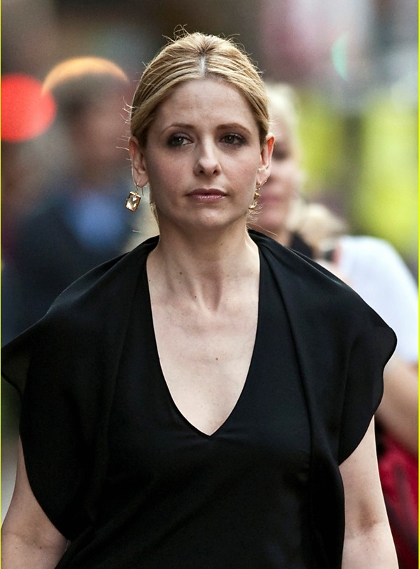 Sarah Michelle Gellar wearing a white skirt on the set of 'Ringer' in NYC. Pictured: Sarah Michelle Gellar Ref: SPL258958  180311   Picture by: Jason Webber / Splash News Splash News and Pictures Los Angeles:310-821-2666 New York:212-619-2666 London:870-934-2666 photodesk@splashnews.com